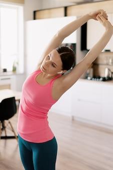 Kaukaska kobieta ćwiczy joga w domu