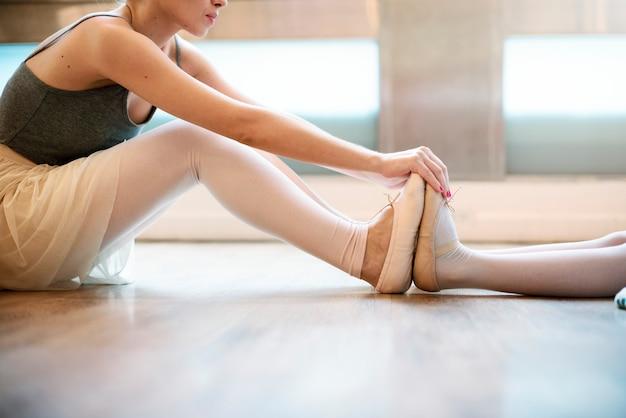 Kaukaska kobieta i dziewczyna ćwiczy balet