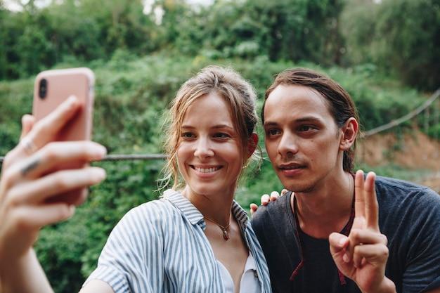 Kaukaska kobieta i mężczyzna bierze selfie