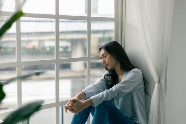 Kaukaska kobieta problem psychologiczny uczucie lęk depresja jej twarz była smutna i zmartwiona u