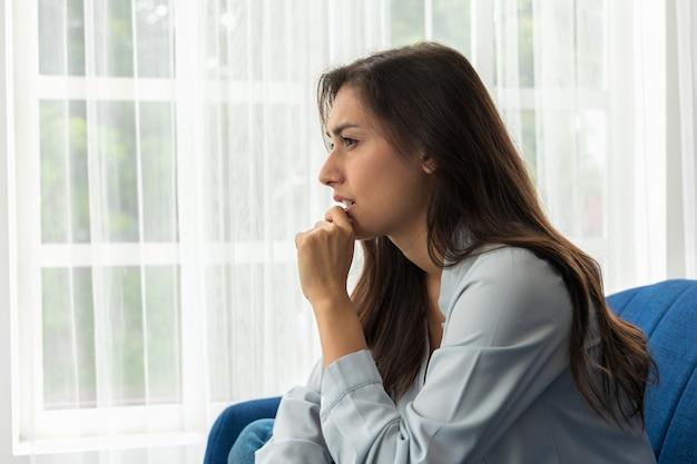 Kaukaska kobieta problem psychologiczny uczucie lęku depresja jej twarz była smutna i zmartwiona