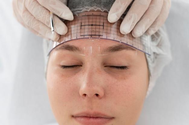 Kaukaska kobieta przechodzi procedurę microbladingu
