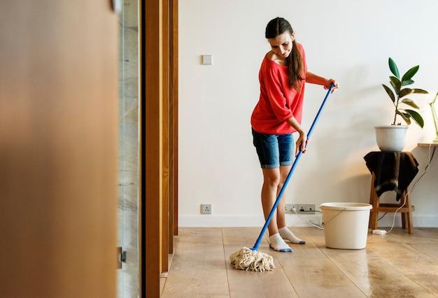 Kaukaska kobieta robi domowym obowiązek domowy
