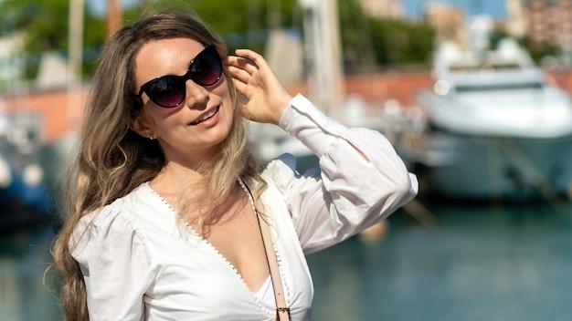 Kaukaska kobieta w okularach przeciwsłonecznych pozuje w barcelonie, hiszpania