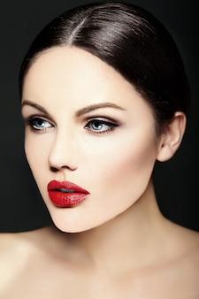 Kaukaska młoda modelka z jasnym makijażem, idealną czystą skórą i kolorowymi czerwonymi ustami