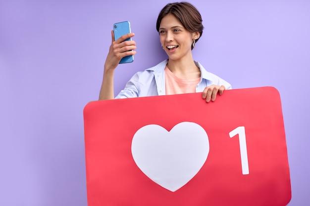 Kaukaska pani z podobnym znakiem serca za pomocą blogowania na smartfonie zdobywa coraz więcej obserwujących i lubi...