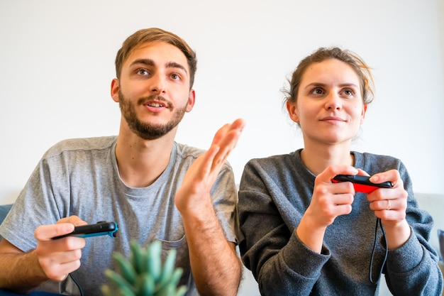 Kaukaska para gra w gry wideo. palma de mallorca, hiszpania