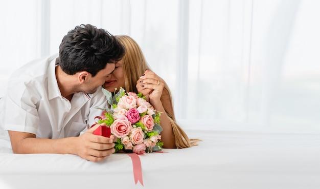 Kaukaska para szczęśliwa z kochankiem na łóżku w ranku