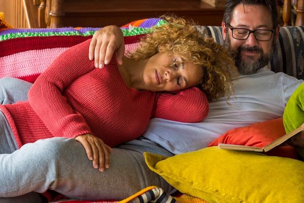 Kaukaska prawdziwa coule w domu, ciesząc się relaksem i spędzaniem wolnego czasu razem