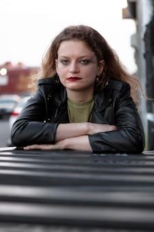 Kaukaska punkowa kobieta z nastawieniem