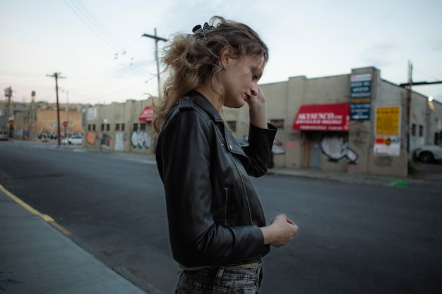 Kaukaska punkowa kobieta z postawą na zewnątrz