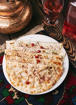 Kaukaska qutab, kutab, gozleme podawana z sumakiem, ziołami i jogurtem.