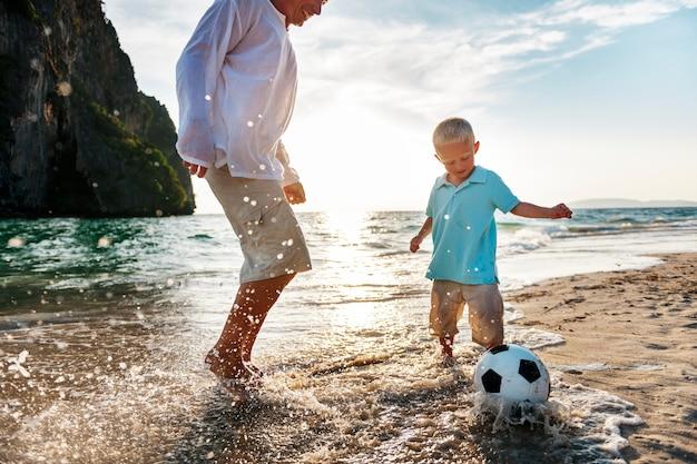 Kaukaska rodzina cieszy się letnimi wakacjami