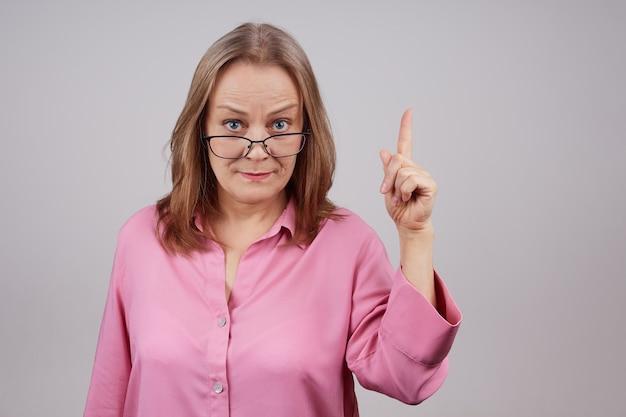 Kaukaski biznes kobieta w okularach