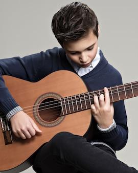 Kaukaski Chłopiec Gra Na Gitarze Akustycznej. Darmowe Zdjęcia