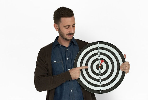 Kaukaski człowiek bullseye dart board smiling