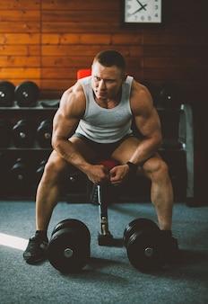 Kaukaski człowiek mięśni energii młodych