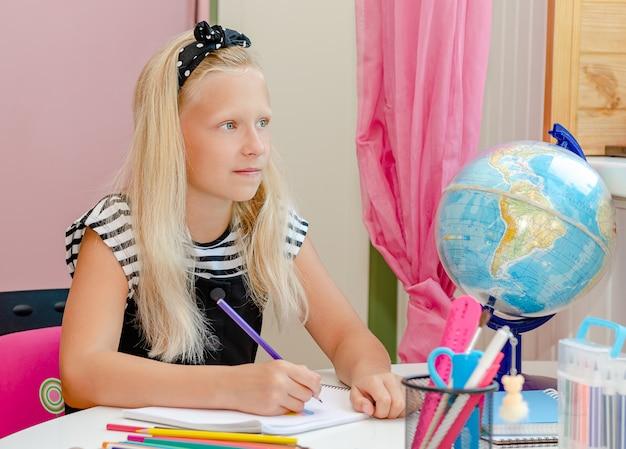 Kaukaski dziecko w szkole patrząc w okno podczas nauki. koncepcja uczenia się w domu
