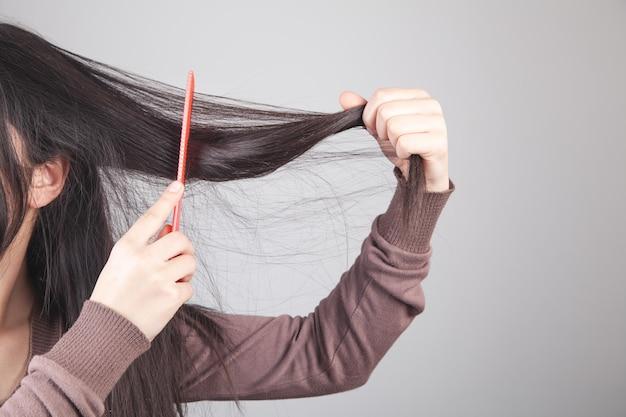 Kaukaski dziewczyna czesała włosy.