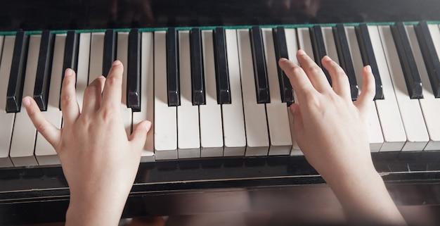 Kaukaski dziewczyna gra na pianinie. muzyka