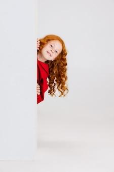 Kaukaski dziewczyna na białym tle.