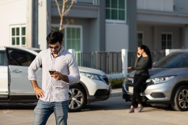 Kaukaski kierowca kobieta nawiązywanie połączenia telefonicznego z agentem ubezpieczeniowym po wypadku drogowym. wypadek. ubezpieczenie samochodu jako pojęcie ubezpieczenia innego niż na życie.