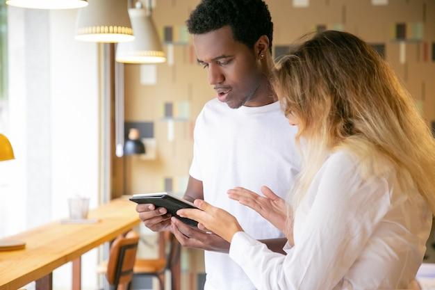 Kaukaski kobieta i afroamerykanin patrząc na ekran