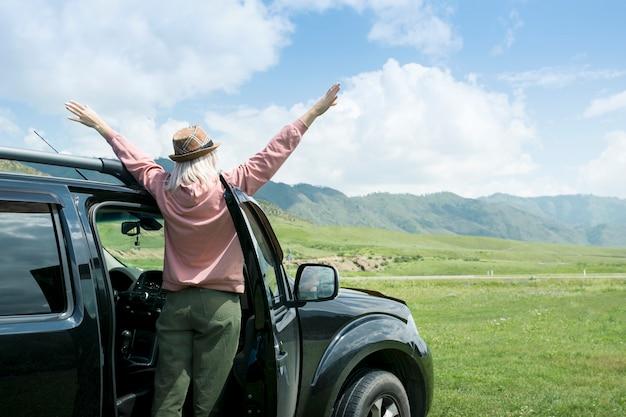 Kaukaski kobieta na wycieczce, korzystających z górskiego krajobrazu. pojęcie wolności.