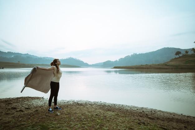 Kaukaski kobieta podnosząc ramiona z kocem