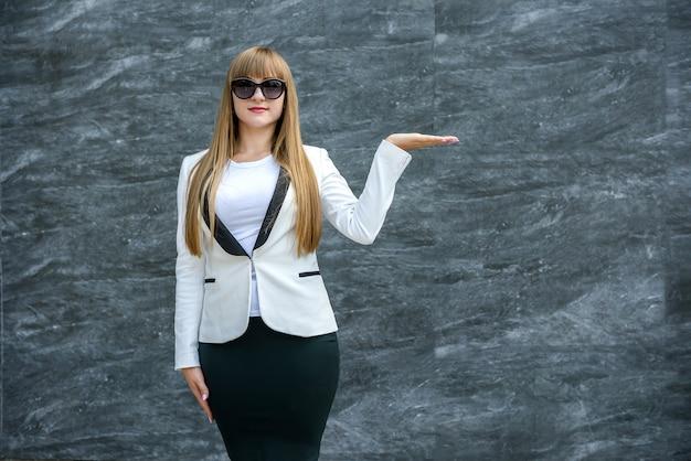 Kaukaski kobieta pokazuje copyspace. prezentacja.