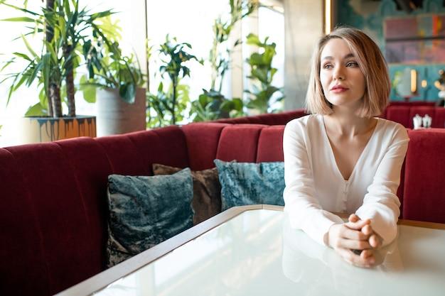 Kaukaski kobieta samotnie w kawiarni