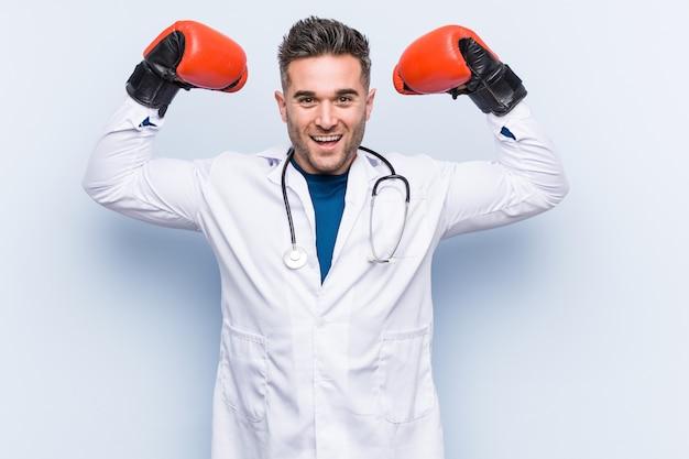 Kaukaski lekarz mężczyzna nosi rękawice bokserskie