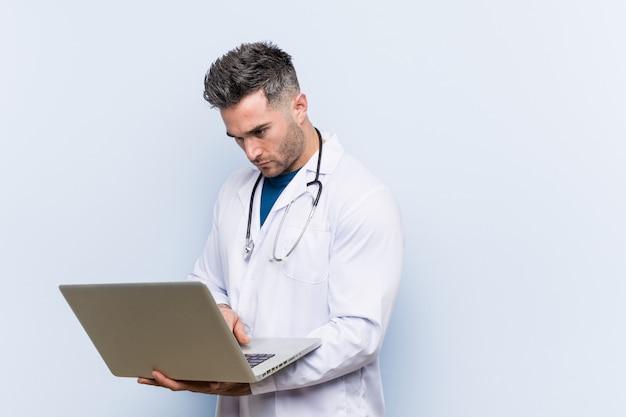 Kaukaski lekarz mężczyzna z laptopem