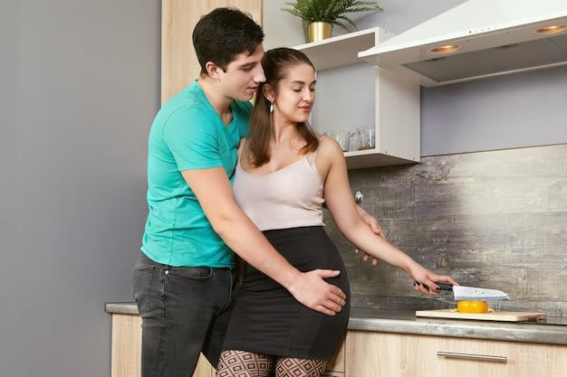 Kaukaski małżeństwo przygotowywania potraw w kuchni.