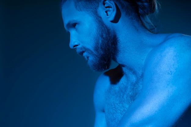 Kaukaski mężczyzna bez koszuli pokazujący świadomość raka prostaty