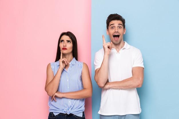 Kaukaski mężczyzna i kobieta w casual dotykając podbródków i myślenia, na białym tle nad kolorową ścianą