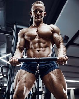Kaukaski mężczyzna lekkoatletycznego treningu pompowania mięśni bicepsów