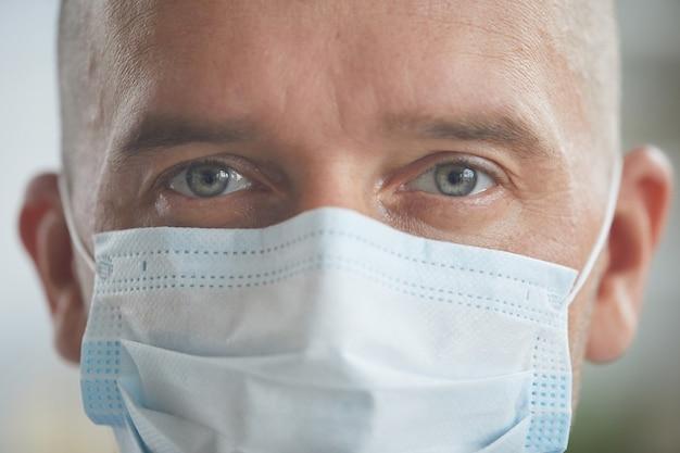 Kaukaski mężczyzna nosi maskę ochronną na twarzy