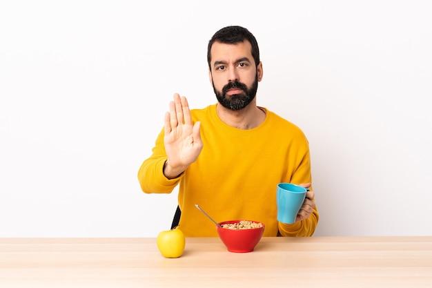 Kaukaski mężczyzna o śniadanie w tabeli co gest stopu.