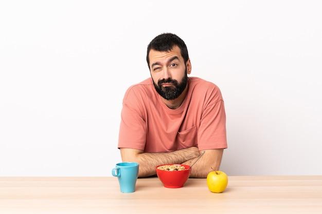 Kaukaski mężczyzna o śniadanie w tabeli ze smutnym wyrazem twarzy