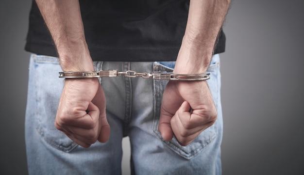 Kaukaski mężczyzna ręce w kajdankach. aresztować