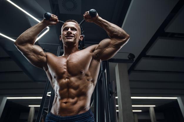 Kaukaski mężczyzna sportowiec moc szkolenia pompowania mięśni triceps