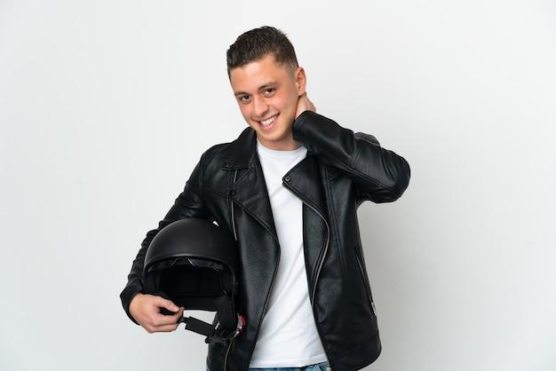 Kaukaski mężczyzna w kasku motocyklowym na białym tle śmiejąc się