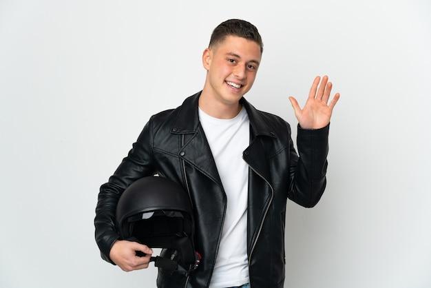Kaukaski mężczyzna w kasku motocyklowym na białym tle