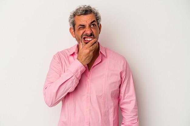 Kaukaski mężczyzna w średnim wieku na białym tle o silny ból zębów, ból trzonowy.