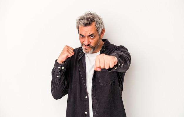Kaukaski mężczyzna w średnim wieku na białym tle rzucanie ciosem, złość, walka z powodu kłótni, boks.