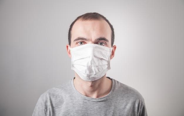 Kaukaski mężczyzna z maską medyczną.