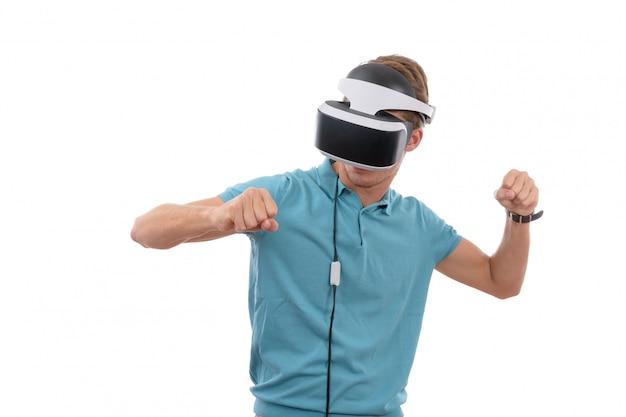 Kaukaski młody chłopak gra z okularami wirtualnej rzeczywistości