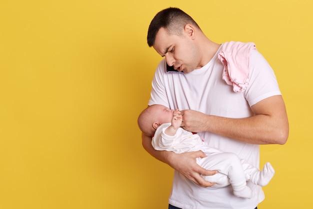 Kaukaski młody ojciec trzymający noworodka w ukrytych rękach