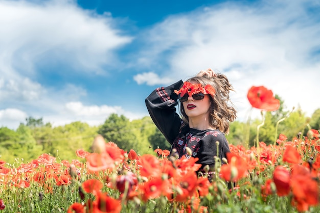 Kaukaski model cieszyć się życiem na polu maku, słoneczny dzień. zdrowy styl życia